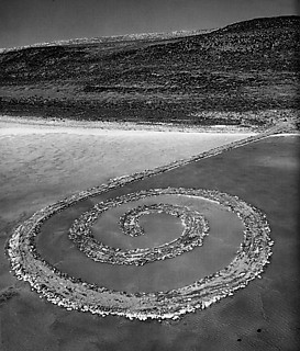 2──ロバート・スミッソン《Spiral Jetty》 引用出典=Edward Lucie-Smith, Artoday,Phaidon, 1995.